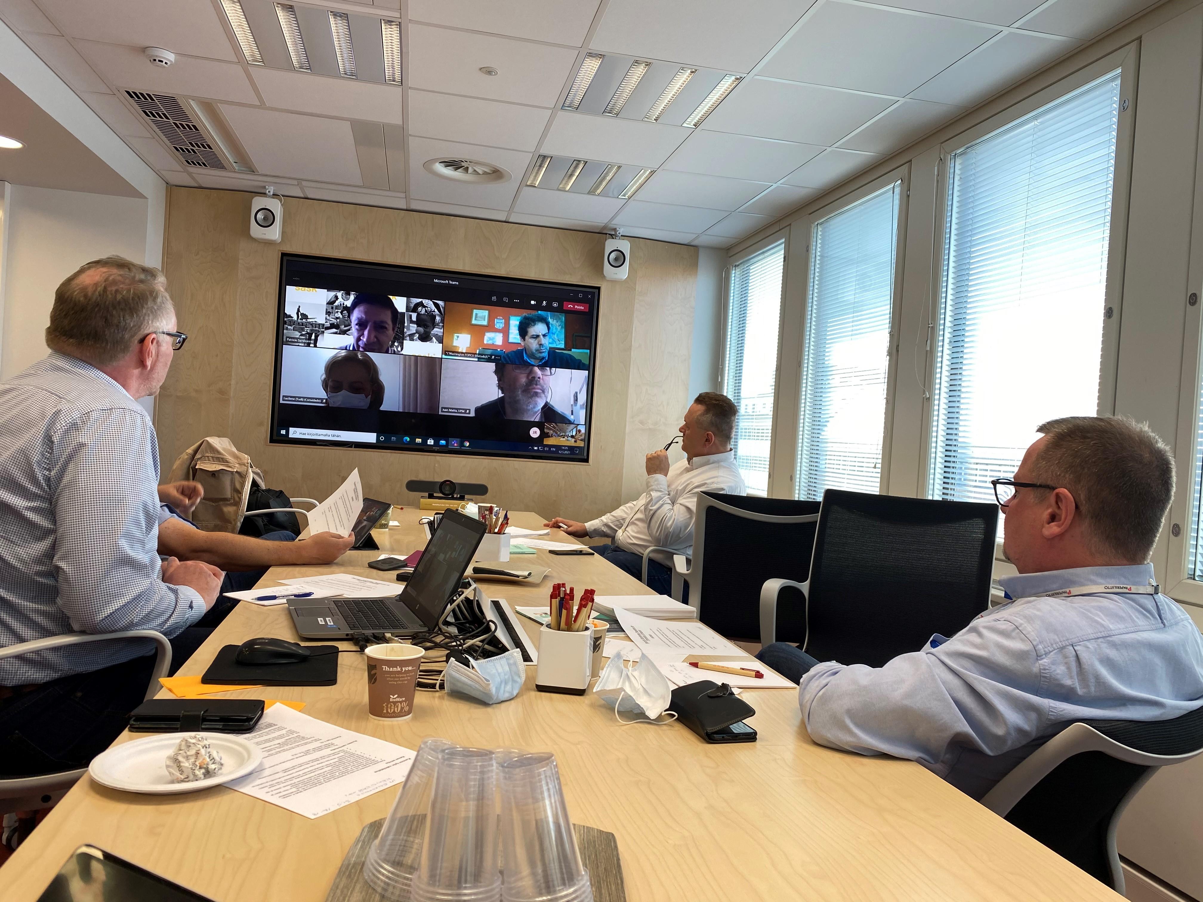 Petri Vanhala (vasemmalla) ja Jouko Aitonurmi (oikealla) keskustelivat etäkokouksessa Uruguayn paperiliiton FOPCUn kanssa maiden ajankohtaisesta tilanteesta.