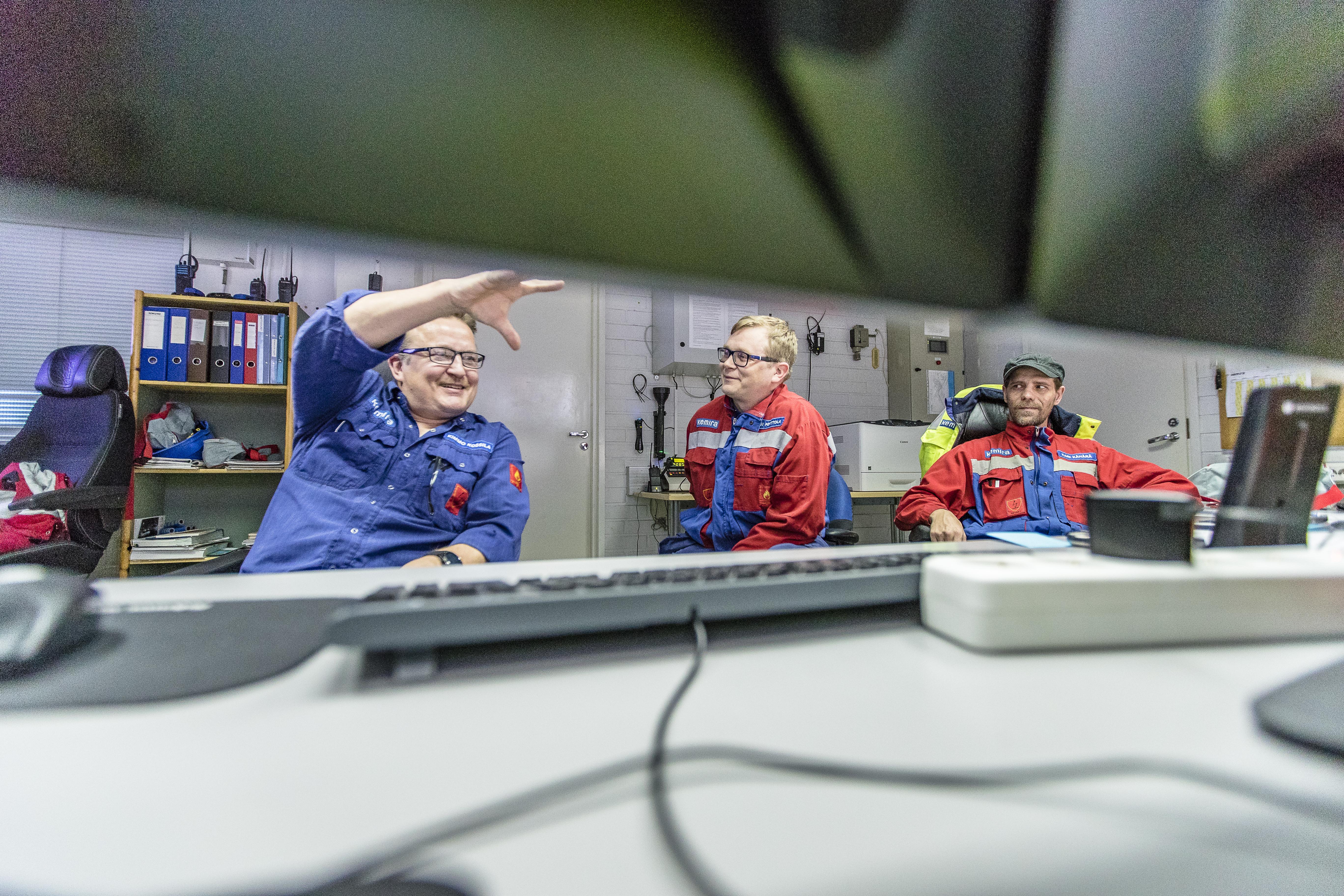 Pasi Perttola (vas.), Kimmo Kossila ja Kari Kähärä tietävät, että huumori ja avoimuus kantavat pitkälle. Jos ristiriitoja tulee, ne kannattaa ratkaista heti, ettei tarvitse mennä vihaisena nukkumaan.