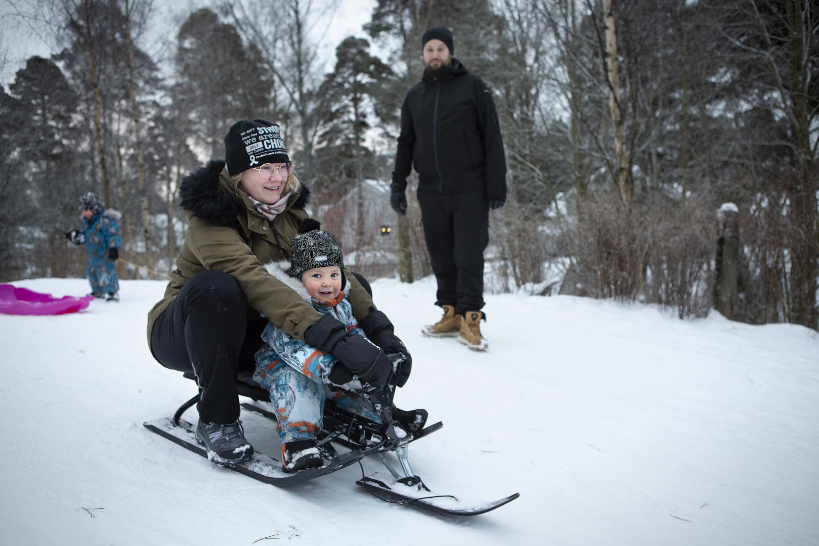 Lumi toi toivottua iloa lapsiperheen arkeen. Isä Iiro Vilkas seuraa, kuinka äiti Vera kelkkailee Oulan kanssa.  Takana Eliel siirtää pulkkaa. Eija Salminen elpyy mielellään avannossa.  Katri Niinimäki toivoo tuttua kesätyötä. Pekka Rajala aikoo veneillä uusiin kohteisiin. Esa Paajasella on ollut aikaa itselle ja perheelle.