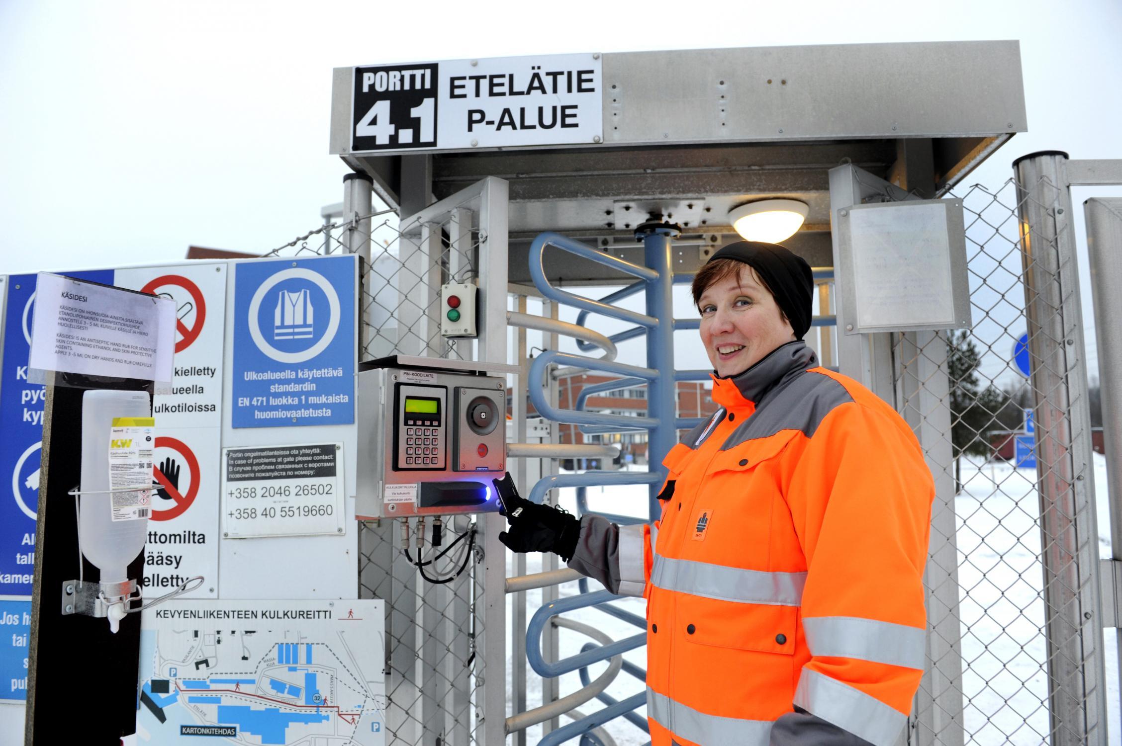 Tuula Häsä iloitsee siitä, että työkavereiden kanssa voi puhua kaikenlaisista asioista, vaikkakin vuorovaikutus on vähentynyt korona-aikana.