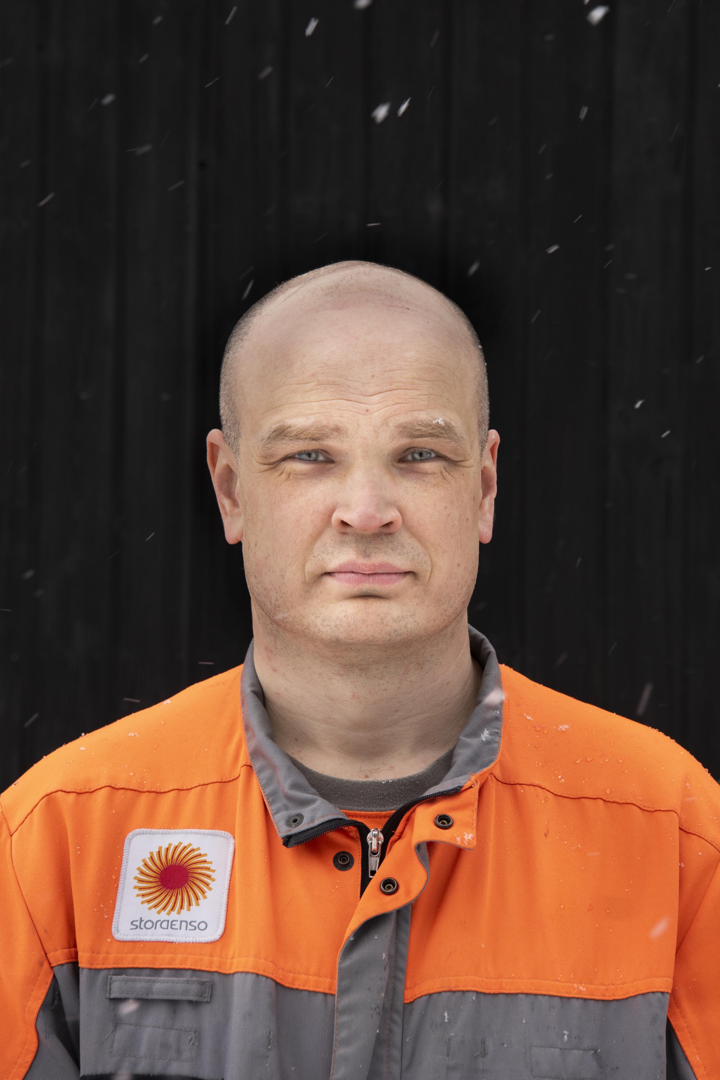 Mikko Siljander on operaattori Stora Enso Packagingin Lahden tehtaassa. Kuvaus tapahtui ulkona turvaväliä noudattaen.