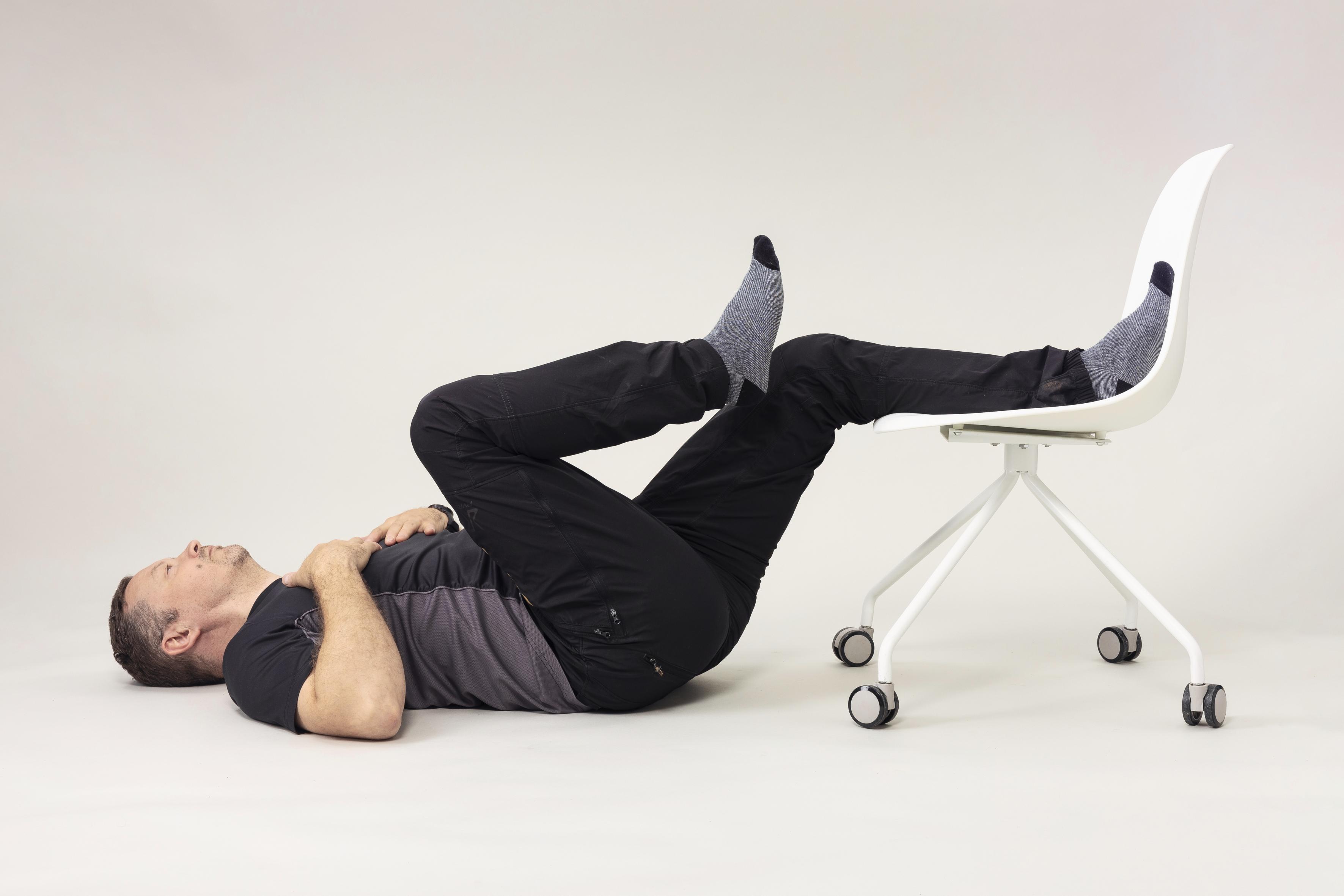 Petri Matula jumppaa ja vahvistaa lihaksiaan säännöllisesti, jotta selkä pysyisi kunnossa.