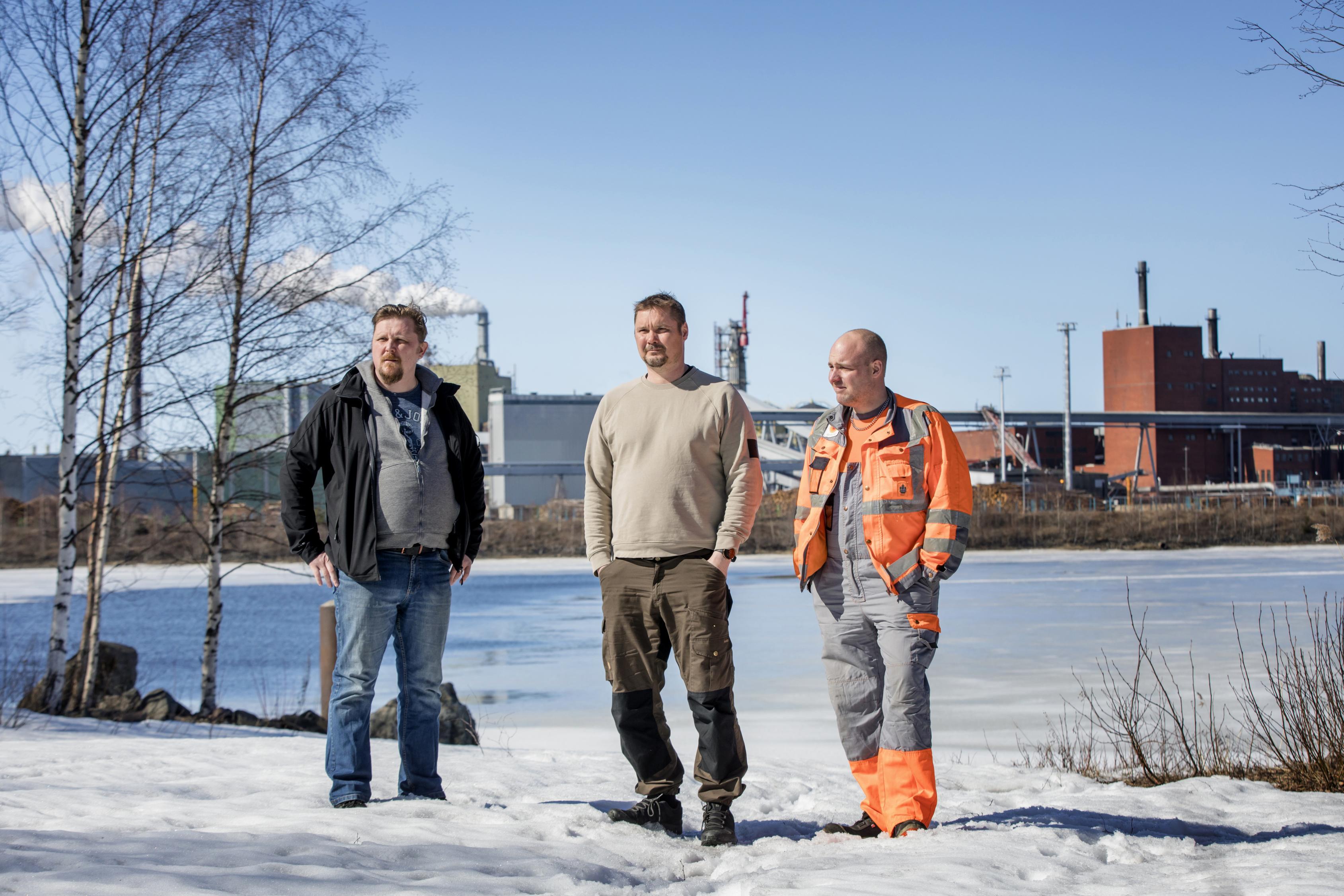 Jani Buska, Mikko Alamommo ja Petri Heikkinen valmistautuivat kokoukseen Rytikarin työväentalolla 26.4.