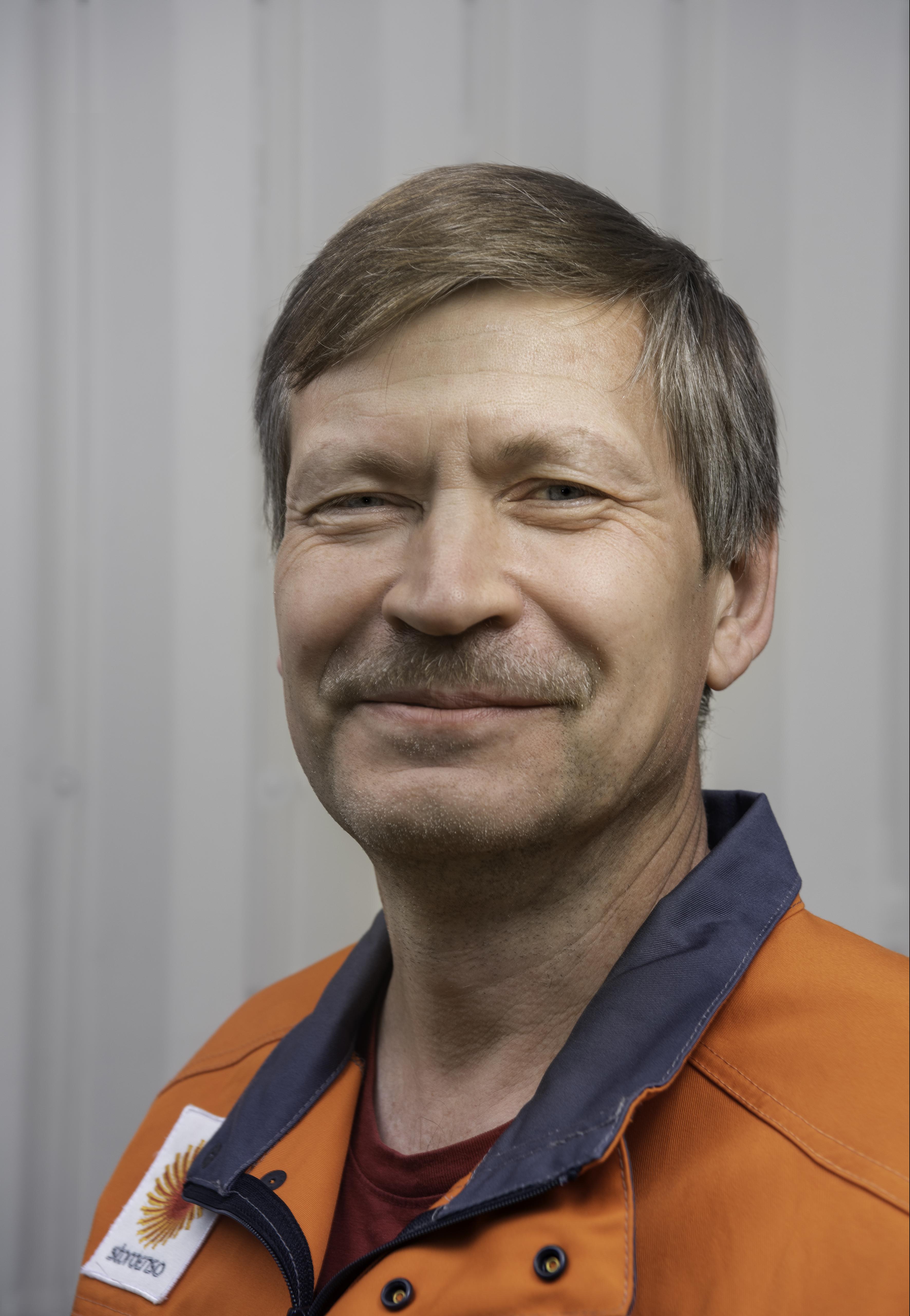 Kari Valkonen työskentelee prosessinhoitajana Stora Enson Inkeroisten kartonkitehtaalla.