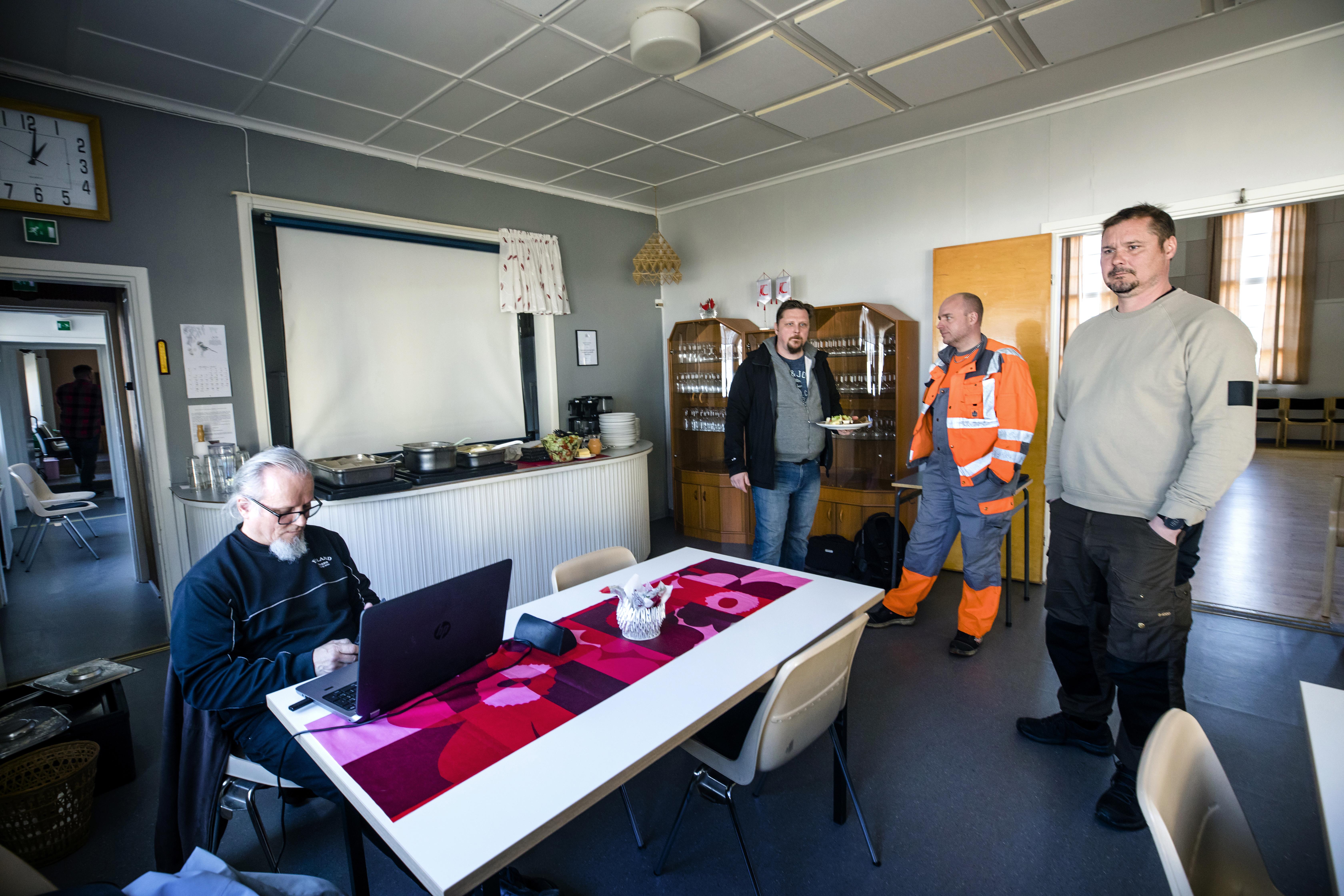 Urho Määttä, Jani Buska, Petri Heikkinen ja Mikko Alamommo pohtivat tilannetta Rytikarin työväentalolla huhtikuussa.