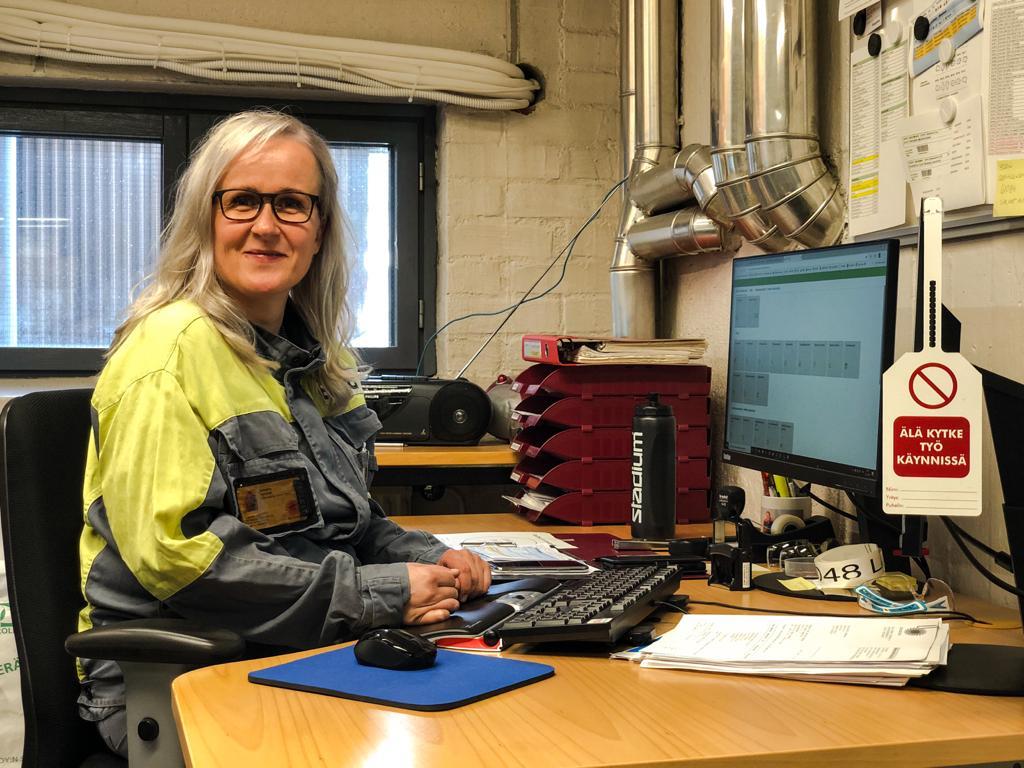 Heinolan osasto 81 hallituksen jäsen Johanna Puranen työskentelee varaosa- ja tarvikevarastossa.