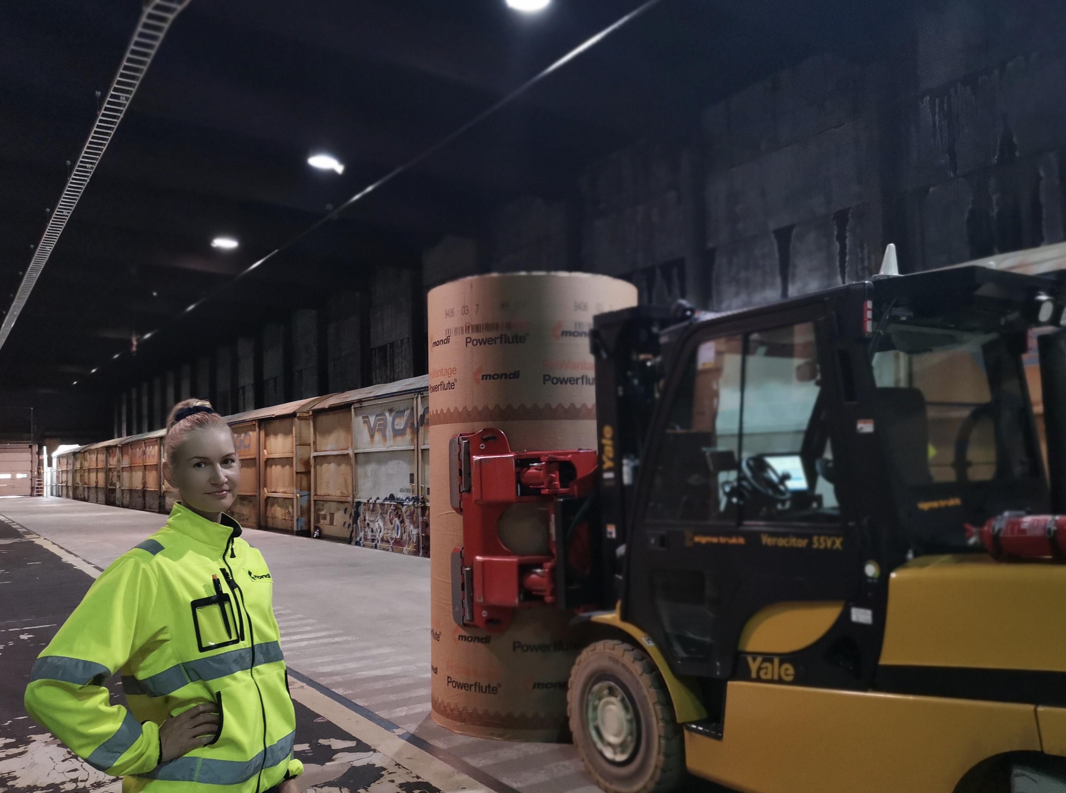Tiia Eskelinen työskentelee Kuopiossa Mondi Groupin tuotevarastolla trukkikuskina.