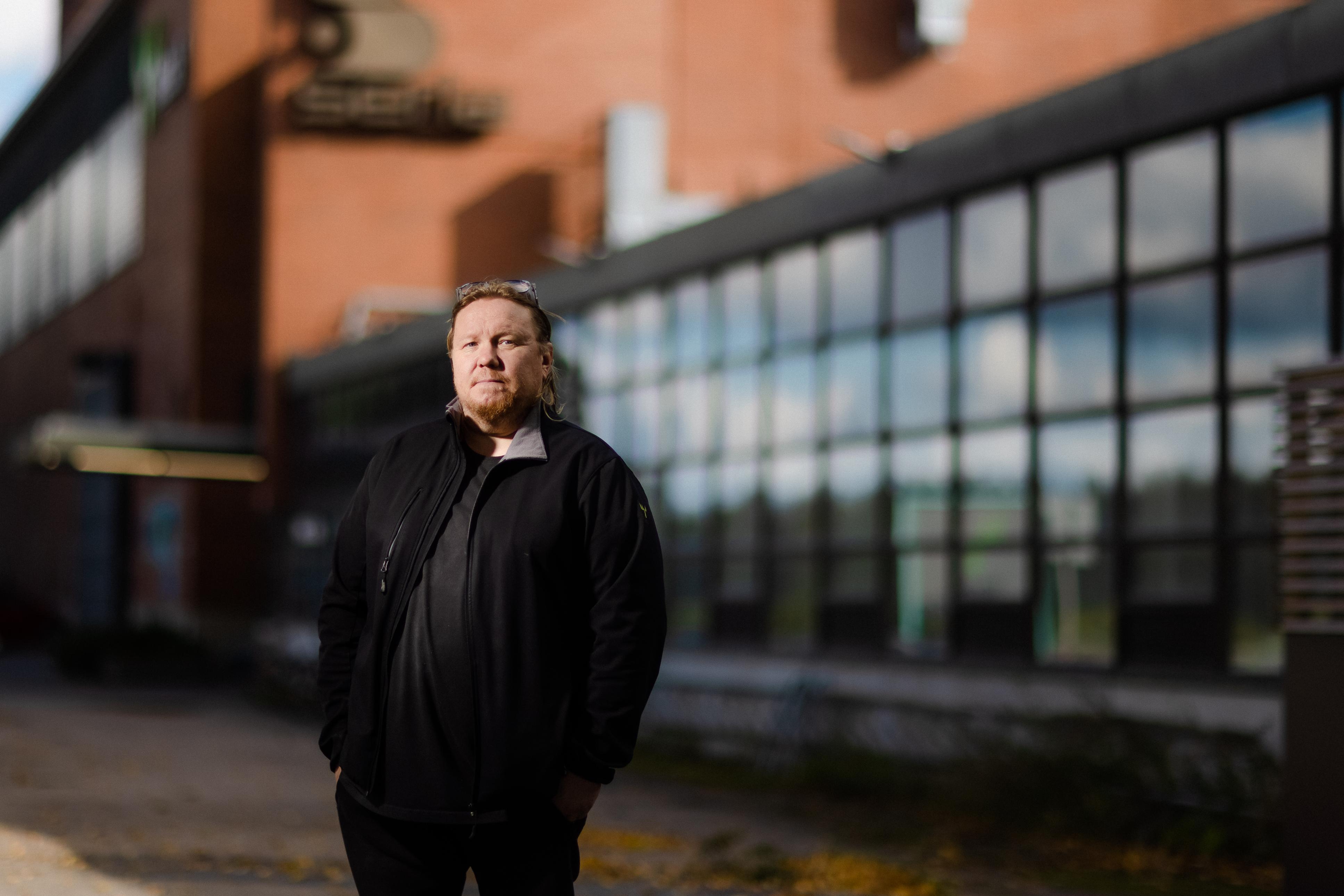 Jetta Rantala kertoo, että  työntekijät pääsivät vaikuttamaan Huhtamäen uuden tehtaan suunnittelussa konkreettisiin pieniin asioihin. Parikymmentä vuotta sitten Juha Vuokko pääsi koneporukan kanssa jopa tutustumismatkalle Italiaan, kun Mäntän tehtaalle suunniteltiin investointia.