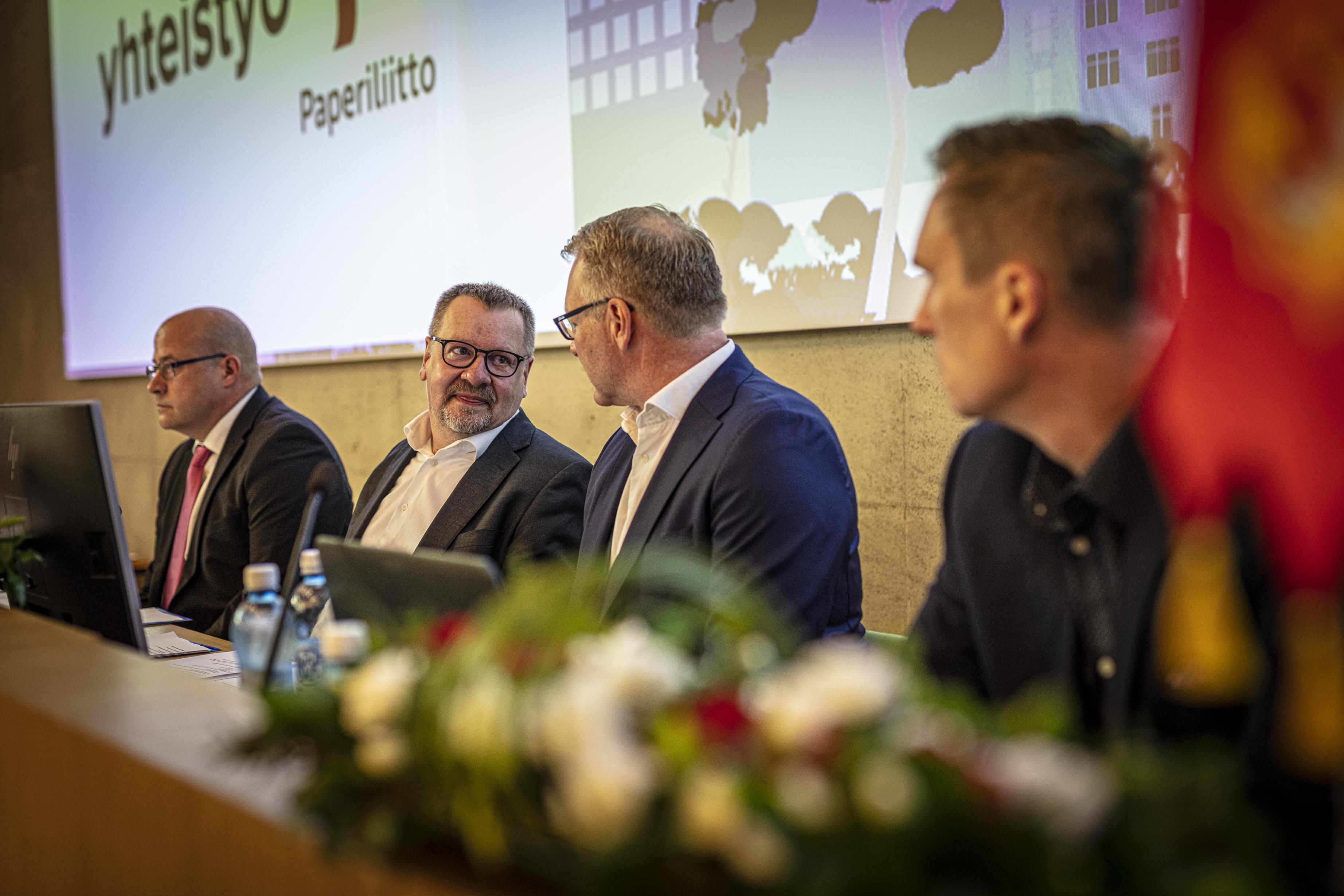 Paperiliiton liittokokous linjasi kesäkuussa, että liitto neuvottelee yrityskohtaiset työehdot jäsenten puolesta. Liittokokousta vetämässä 17.6.2021 Juhani Siira, Jouko Aitonurmi, Petri Vanhala ja Ville Nevala.