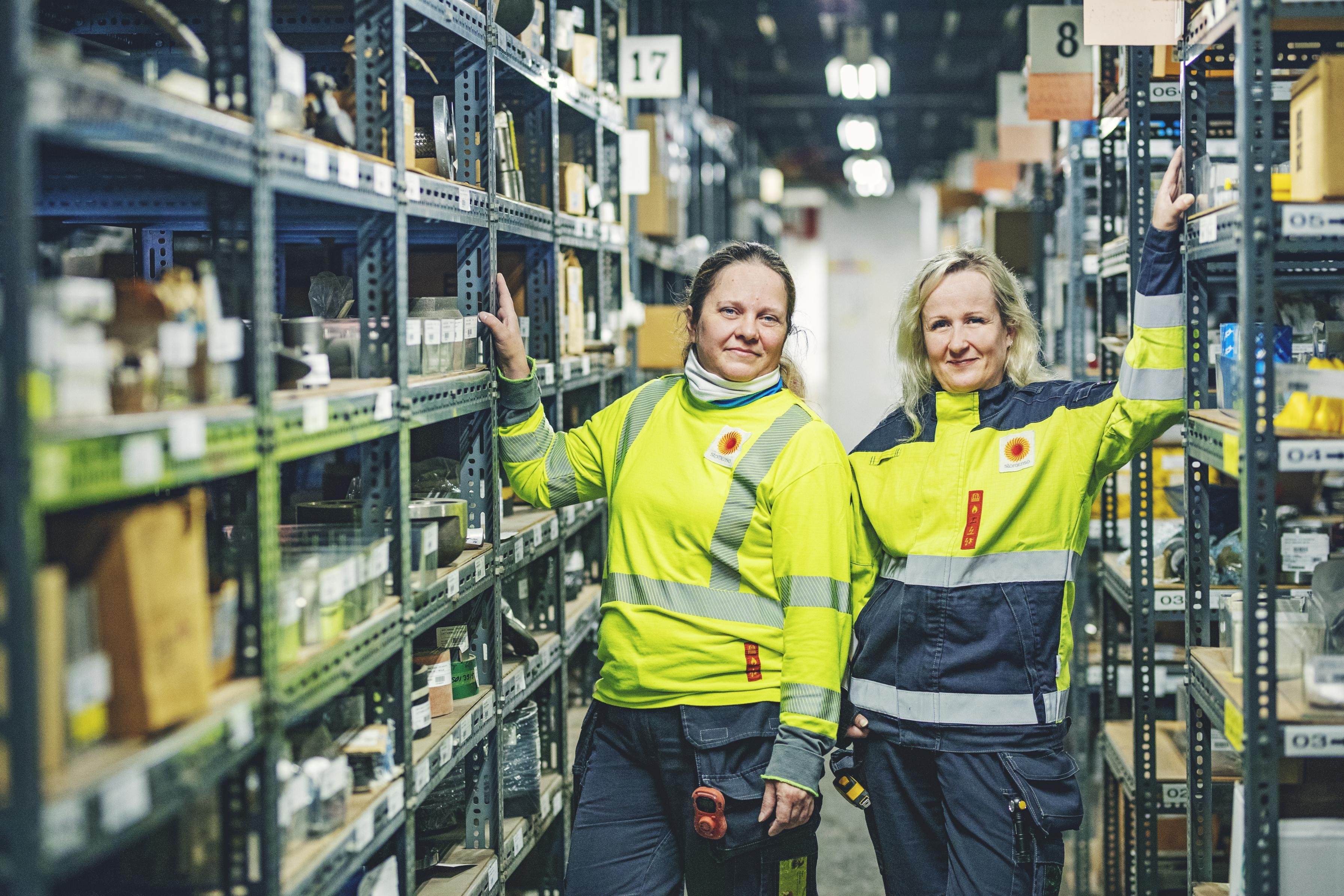 Katja Kärkkäinen (vas.) ja Johanna Puranen auttavat toisiaan ja pitävät varaston toiminnassa.