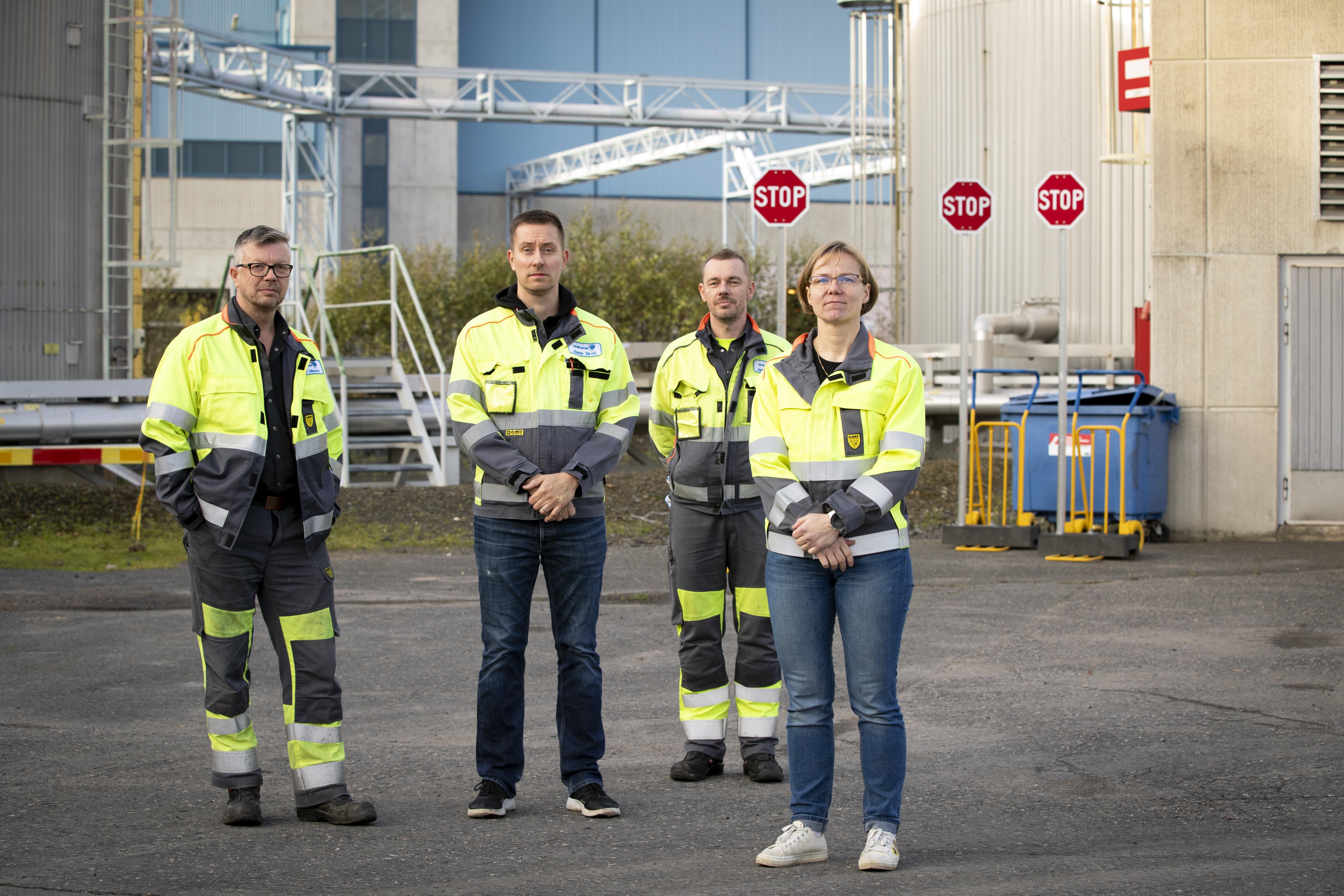 Tehdas suljetaan. Jari Kinnunen (vas.), Minna Hiivala, Jari Matero ja Janne Sirviö kuvattiin Synthomerin piha-alueella.