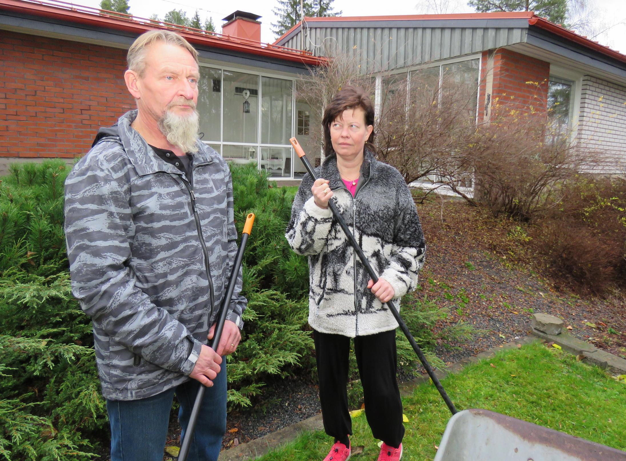 Jari Hartikainen ja Elina Huusko ovat tyhjän edessä. Hakeako kaupungin puistotoimelle kesätyöntekijäksi tai puhelinmyyjäksi sukkia myymään, kun paperiammattilaisille ei töitä enää paikkakunnalta löydy. – Onneksi on talovelka maksettu, he sanovat.